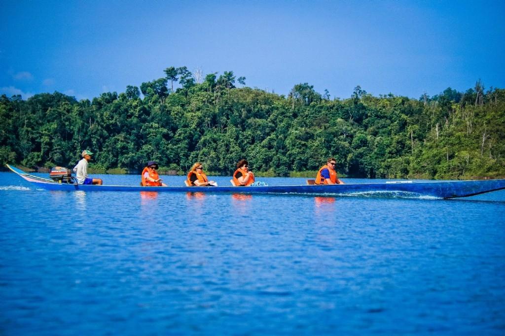 Longboat ride to visit an Iban tribe, Batang Ai National Park